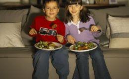 Почему нельзя кормить ребенка перед телевизором?