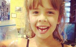 Дочь Джессики Альбы потеряла первый зуб. Фото