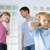 7 фраз, которые никогда не стоит говорить своему супругу при детях