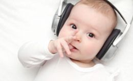 Как развивается слух у грудничка от рождения до 6 месяцев