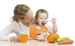 Ребенок капризничает во время еды: как ему помочь?