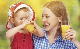 Педиатры рассказали, почему не стоит давать сок детям до года