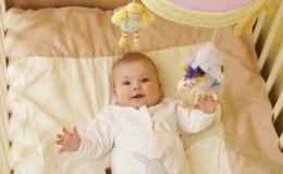 Как развивать грудничка? Топ-5 игрушек из подручных средств
