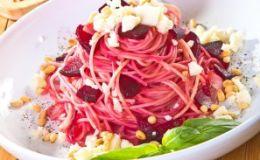 Ужин для школьника: спагетти со свеклой и кедровыми орешками
