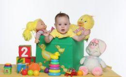 Какие игрушки покупать грудничку от рождения до 1 года?