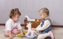 Как научить детей делиться?