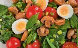 Витаминный салат со шпинатом и черемшой. Рецепт