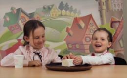 Как дети едят сыр тофу в первый раз (Видео)