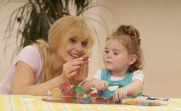 Занятия с ребенком дома — лепим из пластилина и теста