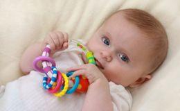 Какие игрушки покупать ребенку от 0 до 6 месяцев (Видео)