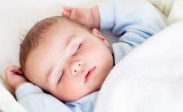 Ребенок сильно потеет по ночам: 8 возможных причин