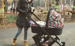 Анна Завальская на прогулке с сыном