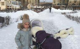 Ксения Бородина на прогулке с обеими дочками