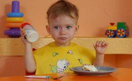 Когда давать ребенку творог и молоко?