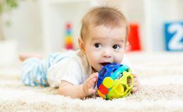 Как выбрать развивающие игрушки по возрасту ребенка: советы мамы