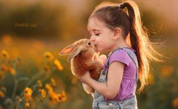 Трогательные фото: маленькая девочка и ее пушистые друзья покорили сеть