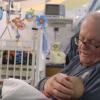 Терапия любовью: как американский пенсионер помогает выхаживать недоношенных детей