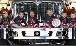Дух Рождества: милые праздничные открытки с малышами от пожарных Оклахомы