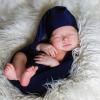 Почему малыш спит с поднятыми руками: нужно ли бить тревогу?