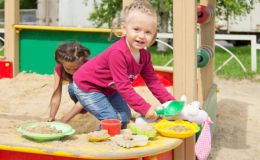 Как уберечь ребенка от травм на детской площадке
