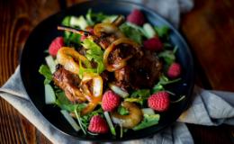 Лето в тарелке: 5 необычных рецептов летних салатов