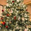 Новогодняя елка и дети: опасности, правила установки и украшения