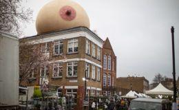 На крышах Лондона установили гигантскую грудь