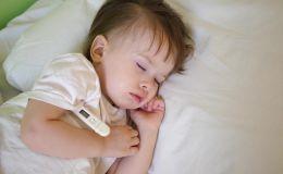 Температура у спящего ребенка: стоит ли будить