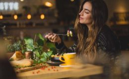 Как научить себя есть меньше и быть сытой: 8 практических советов