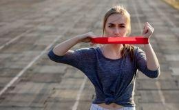 Тренировки с резинками: 5 эффективных упражнений для дома