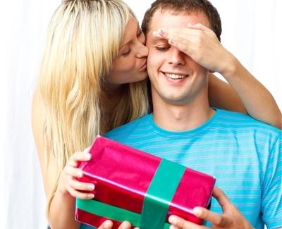 Женщина дарит мужчине подарок - фото