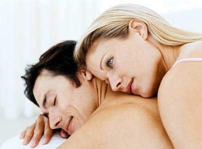 Мужчина и женщина лежат в постели - фото