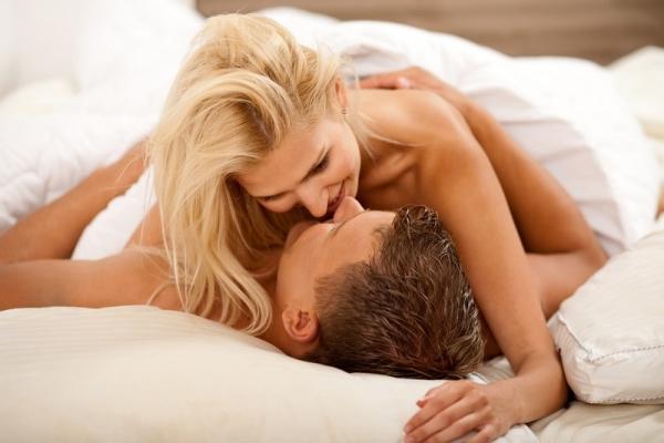 Мужчина и женщина занимаются сексом - фото