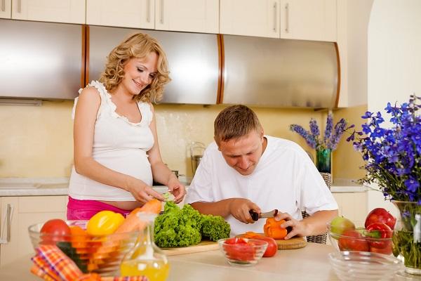 Беременная с мужем на кухне - фото