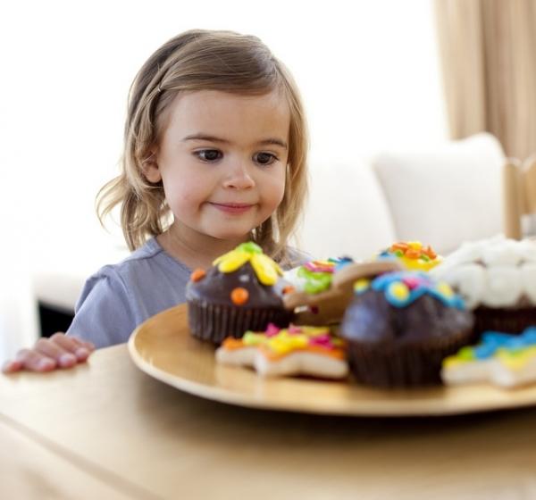 Девочка с пирожными