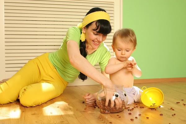 Ребенок играет с мамой - фото