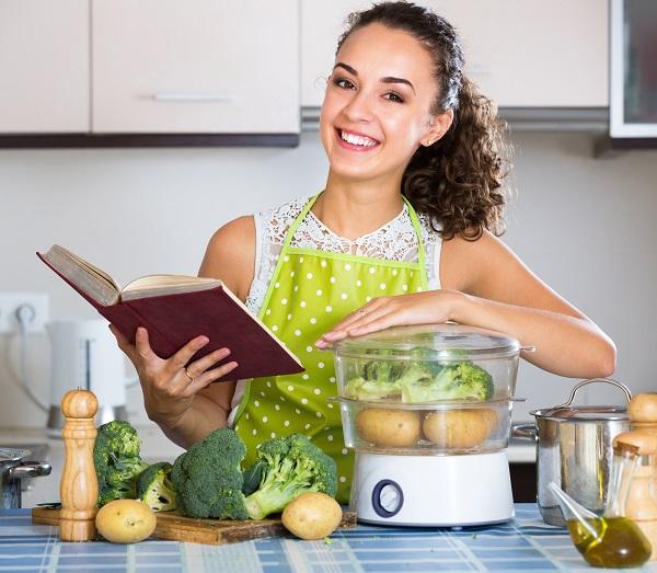 Женщина на кухне - фото